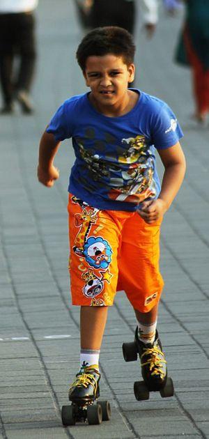 Kind op rolschaatsen