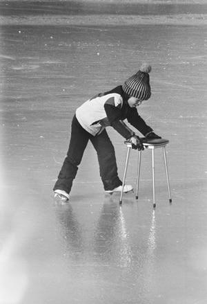 Kind leert schaatsen met stoel