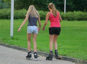 Twee meiden skeeleren