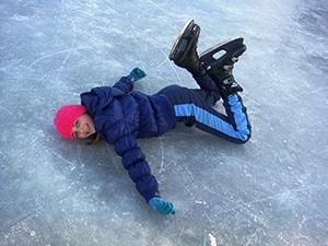 Vallen en opstaan oefenen met schaatsen