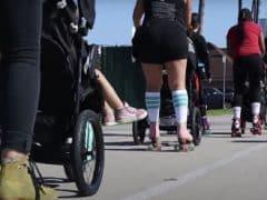 Skeeleren achter een kinderwagen